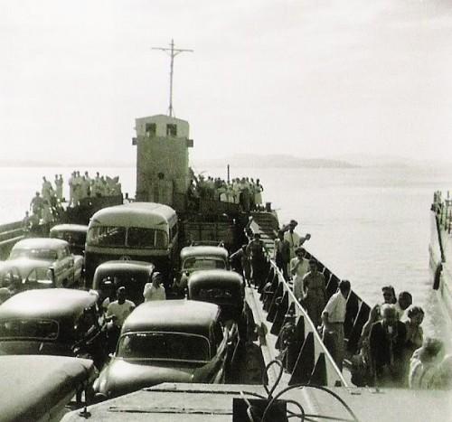 Travessia de balsa entre Guaíba e Porto Alegre - 1950