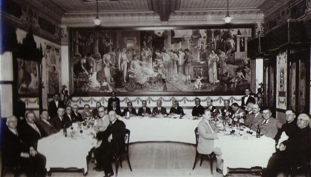 Tradicional banquete no salão da confeitaria Rocco em 1922